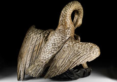 Detail images: Schnitzfigur eines Pelikans mit seinen drei Jungen
