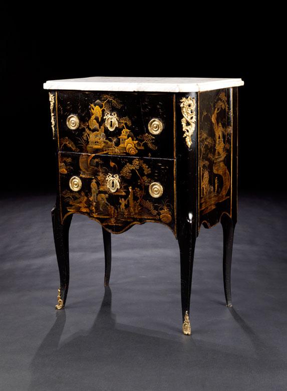 Kleine Chinoiserie-Kommode in Schwarzlack mit Goldmalerei und Marmorplatte