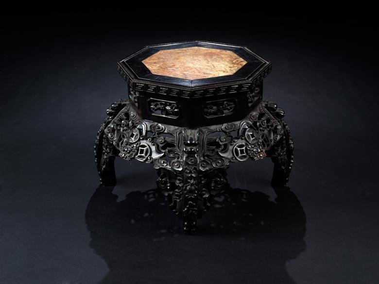 Sockeltisch mit eingelegter Marmorplatte