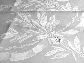 Detail images:  Vier gleiche Tischtücher mit prachtvollem Lorbeerblattmuster