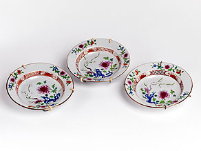 Detail images:  Satz von drei kleinen zusammengehörigen Porzellantellern