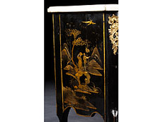 Detail images: Kleine Chinoiserie-Kommode in Schwarzlack mit Goldmalerei und Marmorplatte