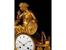 Detail images: Figürlich gestaltete französische Kaminuhr in feuervergoldeter Bronze