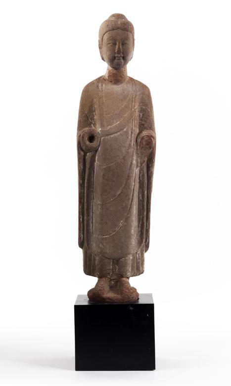 Stehende Buddhafigur in Stein