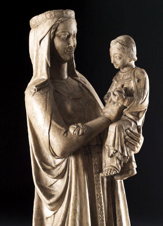 Detailabbildung: Museale Steinfigur einer Madonna mit Kind