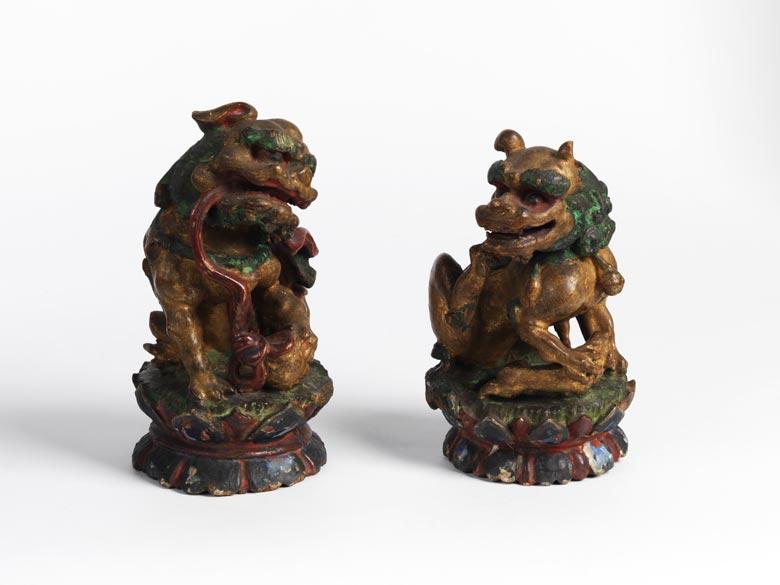 Paar geschnitzte und gefasste Tempelwächter-Löwen