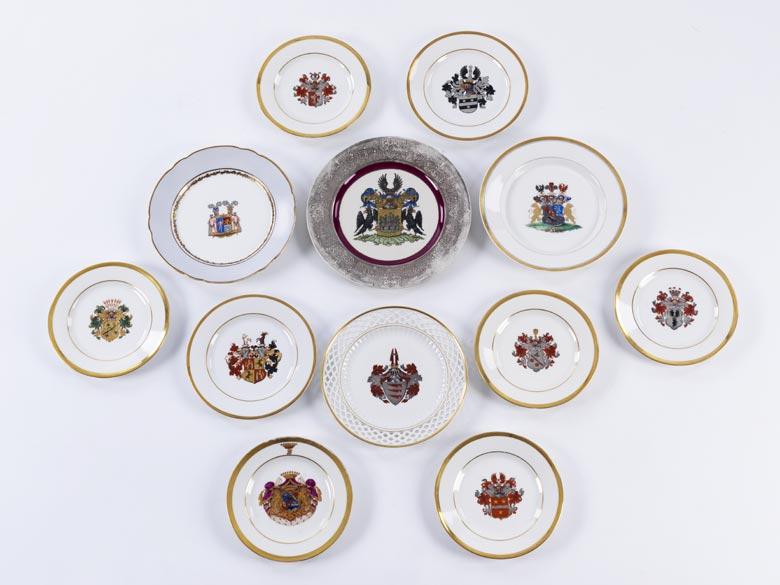 12 Porzellanteller mit Wappenmalerei von Adelshäusern