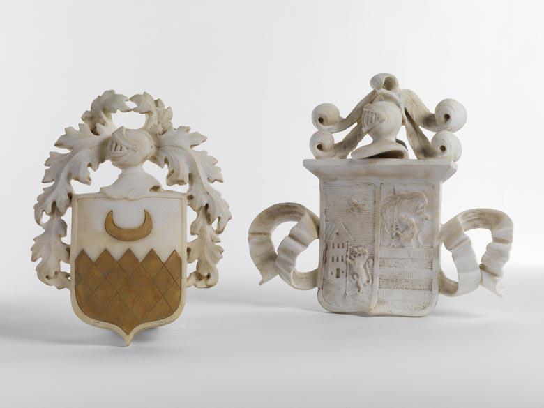 Paar Wappenschilde mit Helmzier in Marmor