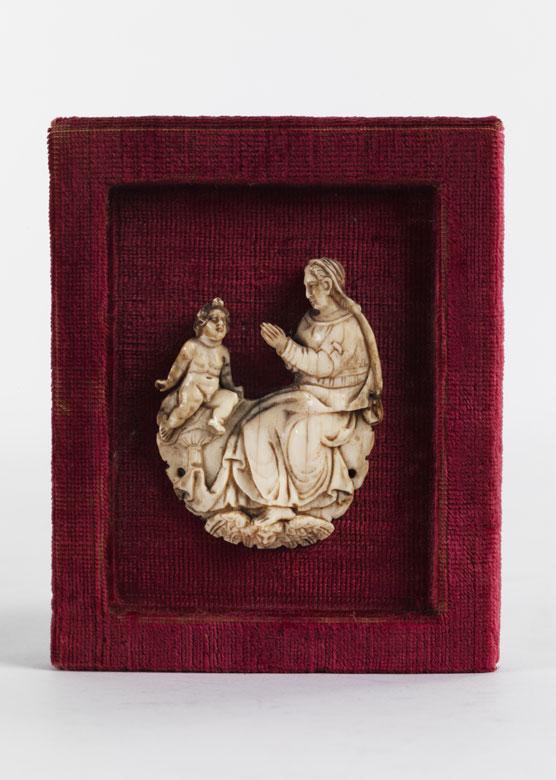 Elfenbein-Reliefschnitzerei einer Maria mit Kind