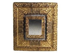 Detailabbildung: Kunstvoll aus einem Stück geschnittener Spiegelrahmen
