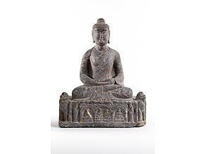 Detailabbildung:  Sitzende Buddhafigur in Stein