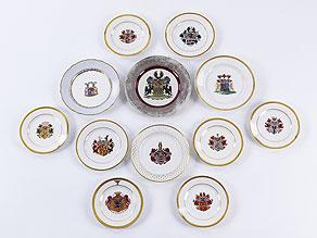Detailabbildung: 12 Porzellanteller mit Wappenmalerei von Adelshäusern