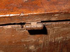 Detail images: Seltene, spätgotische Nussbaumtruhe