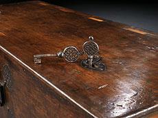 Detailabbildung: Seltene, museale gotische Truhe