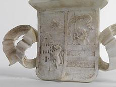Detailabbildung: Paar Wappenschilde mit Helmzier in Marmor