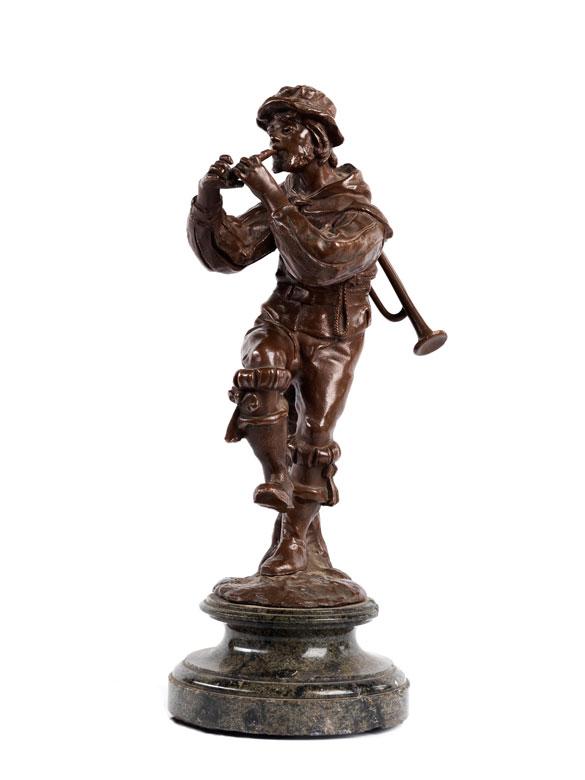 Bronzefigur eines flötespielenden jungen Mannes