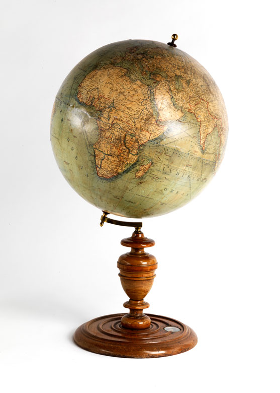 Globus von L. J. Heymann mit gedrechseltem Holzfuss und Kompass