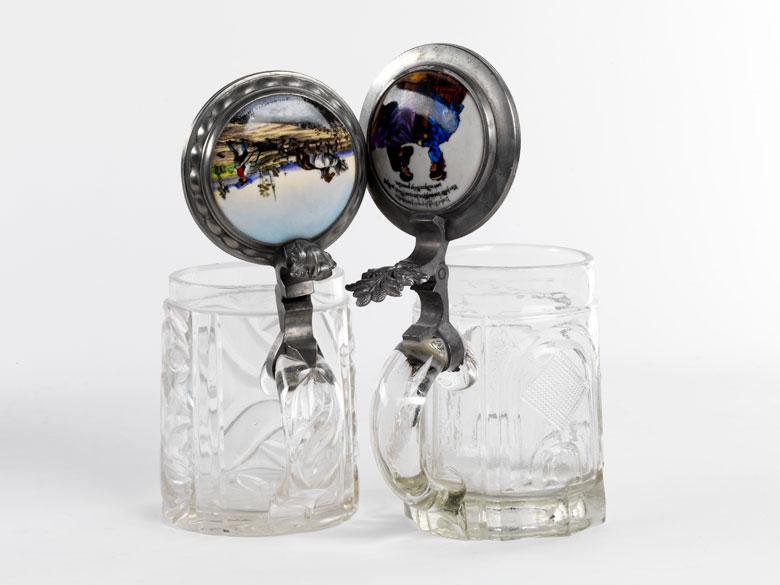 Zwei Glas-Bierkrüge