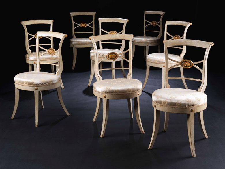 Satz von acht klassizistischen Stühlen