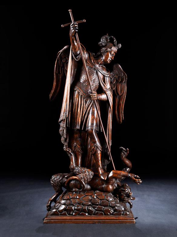 Große Schnitzfigur des Heilgen Michael im Kampf mit dem Satan