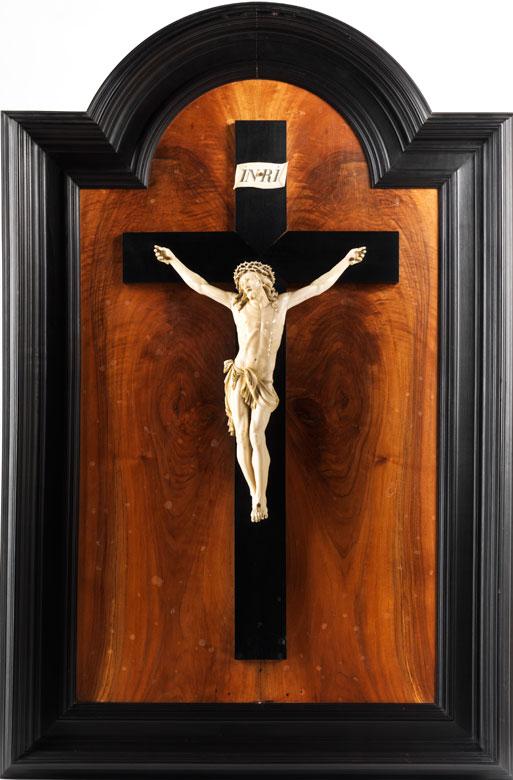 Große Hängekreuztafel mit Corpus Christi in Elfenbein