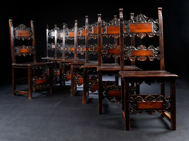 Satz von acht Stühlen