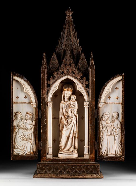 In Holz geschnitzter Klappflügel-Hausaltar mit Elfenbeinfiguren und -reliefs