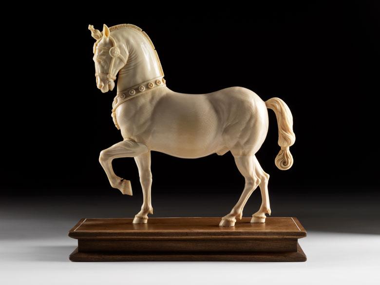Bedeutende Elfenbeinschnitzfigur eines Pferdes