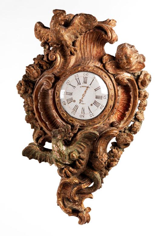 Holzgeschnitzte und gefasste Wanduhr in Form einer Kartelluhr (ohne Uhrwerk, ohne Zifferblatt)