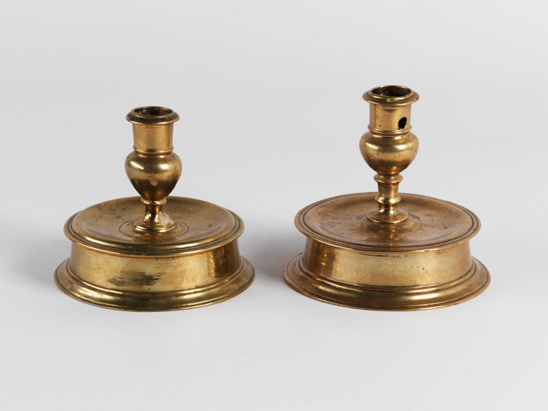 Zwei frühbarocke Tischkerzenleuchter