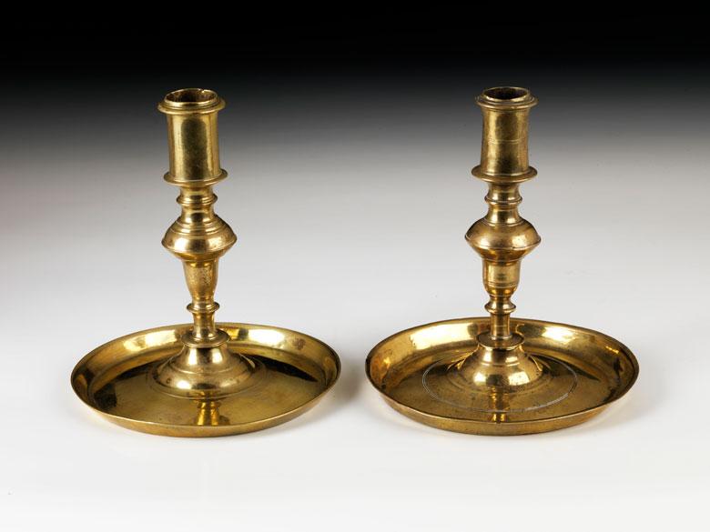 Paar Tischkerzenleuchter in Messing