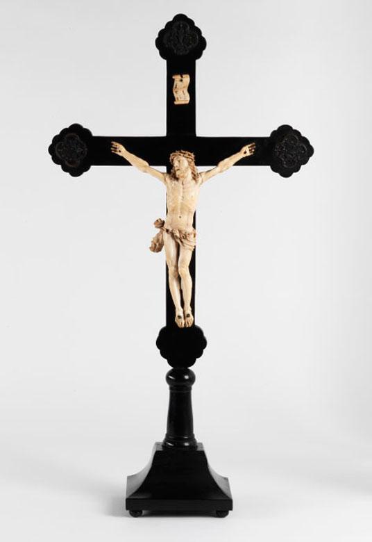 Holzkreuz mit Corpus Christi in Elfenbein