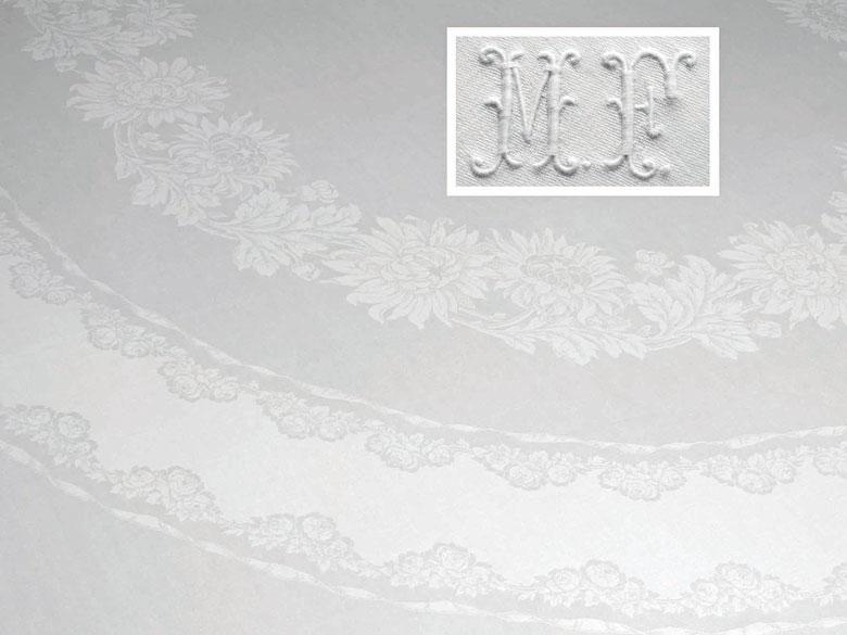 Banketttafeltuch mit Chrysanthemenoval und 16 Mundtüchern