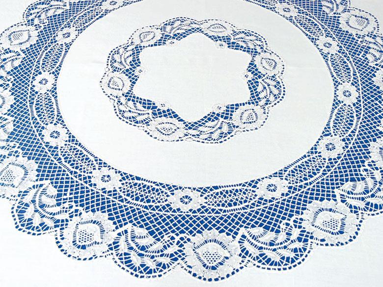 Großes rundes Tafeltuch mit Klöppelarbeit