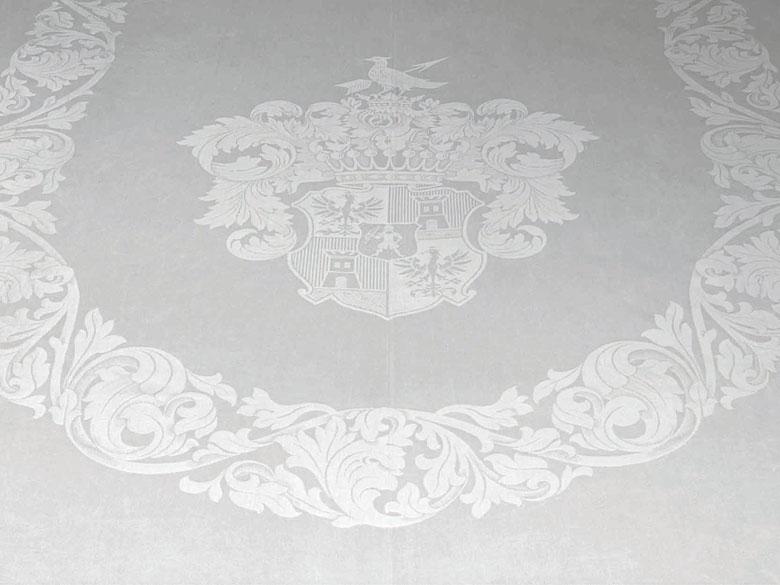 Großes Tafeltuch mit Wappen der Grafen von Ballestrem