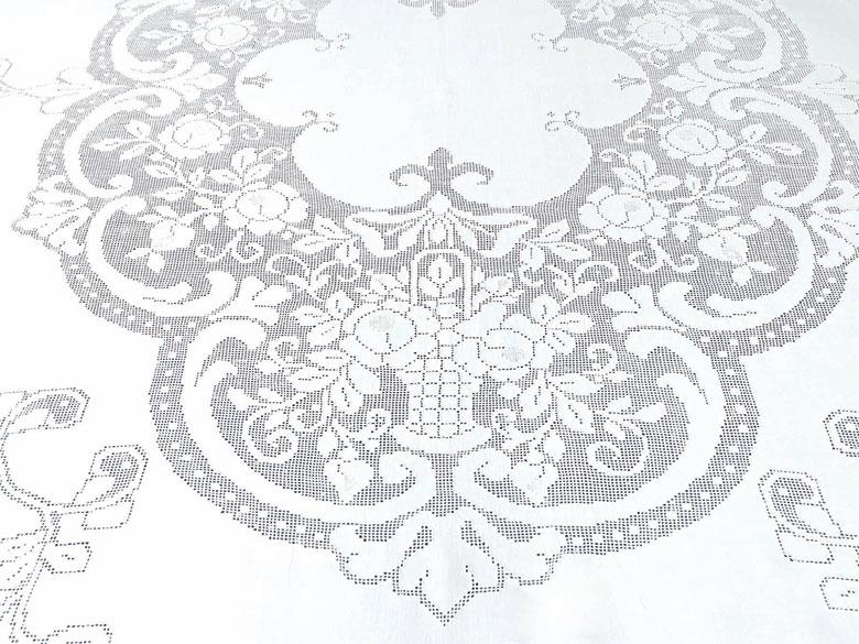 Ovales Tafeltuch mit reicher A-Jour-Handarbeit