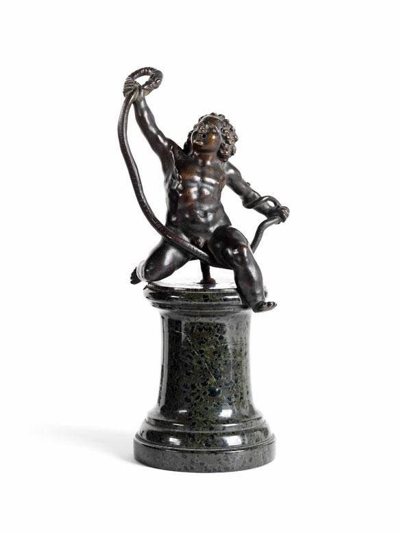 Bronzefigur des Schlangen bändigenden Herkules als Kind