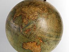 Detail images: Globus von L. J. Heymann mit gedrechseltem Holzfuss und Kompass