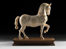 Detail images: Bedeutende Elfenbeinschnitzfigur eines Pferdes