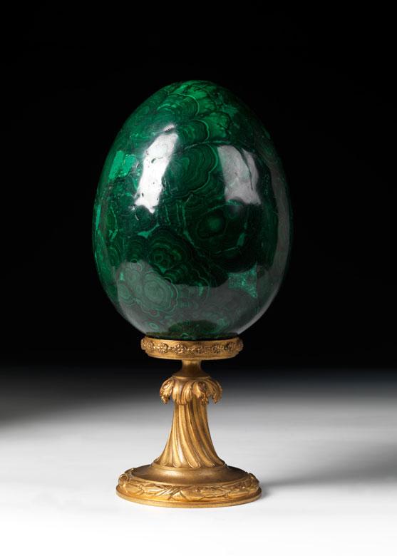 Großes Malachit-Ei auf vergoldetem Sockel im Louis XVI-Stil