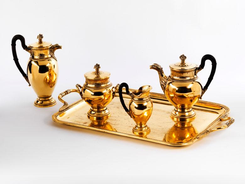 Kaffee- und Teegarnitur auf Tablett