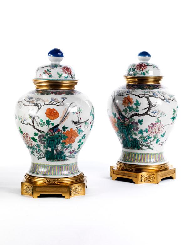 Paar gefasste und gesockelte chinesische Porzellanvasen