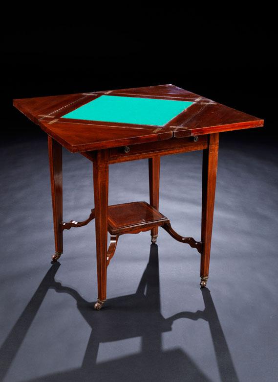 Kleiner Spieltisch in Mahagoni