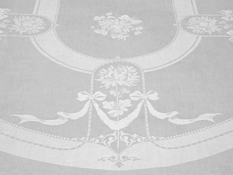 Paar Tafeltücher mit prächtigem Chrysanthemenoval