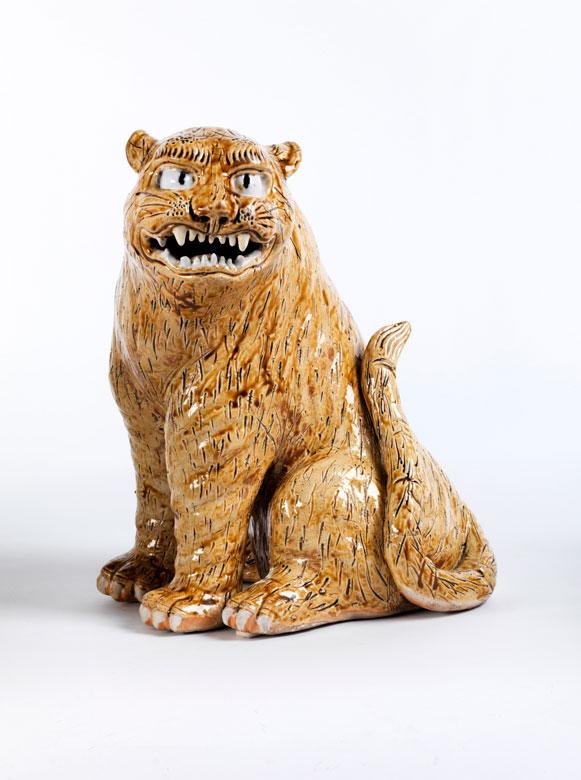 Japanische Keramikfigur eines sitzenden Tigers