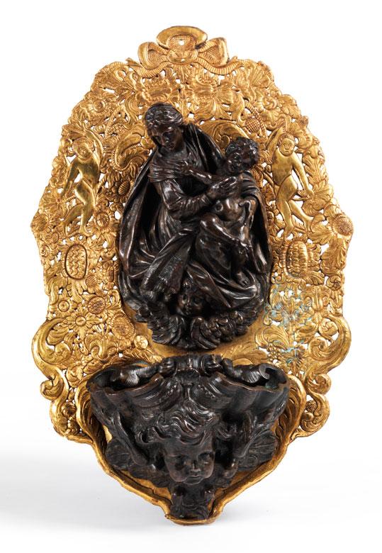 Weihwassergefäß in Bronze mit Figurengruppe und vergoldeter Rückplatte