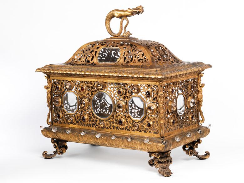 Großer Schrein in feuervergoldeter Bronze mit Steinbesatz
