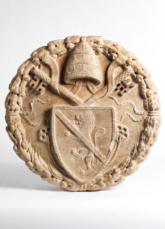 Päpstlicher Wappentondo in Marmor