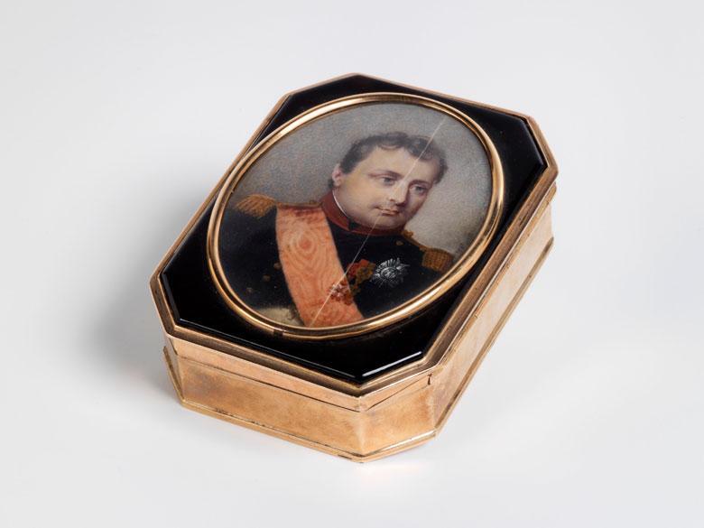 Elegante Golddose mit Miniaturportrait Napoleons