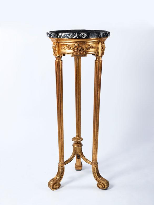 Hoher, italienischer Guéridon in Blattvergoldung mit Marmorplatte